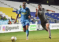 MONTERIA - COLOMBIA, 01-05-2019: Mauricio Cortes de Jaguares disputa el balón con Amaury Torralvo de Equidad durante partido por la fecha 19 de la Liga Águila I 2019 entre Jaguares de Córdoba F.C. y La Equidad jugado en el estadio Jaraguay de la ciudad de Montería. / Mauricio Cortes of Jaguares struggles the ball with Amaury Torralvo of Equidad during match for the date 19 as part Aguila League I 2019 between Jaguares de Cordoba F.C. and La Equidad played at Jaraguay stadium in Monteria city. Photo: VizzorImage / Andres Felipe Lopez / Cont
