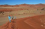 Désert du Namib. Parc national du du Namib Naukluft, voyageurs sur les dunes de Sossusvlei. Namibie. Afrique.Namibia; Africa