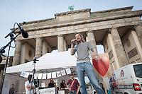 """Verschiedene Verschwoerungstheoretiker und rechte Gruppen versammelten sich am Montag den 2. Juni 2014 auf dem Pariser Platz vor dem Brandenburger Tor zu einer sog. Montagsdemonstration unter dem Label """"Friedensbewegung 2.0"""". Zu der """"Manhwache"""" kamen etwa 350 Menschen. In den Wochen zuvor waren es zum Teil bis zu ueber 1.000 Personen. Nach etlichen Recherchen und Artikeln ueber die Beteiligung von rechten und rechtsextremen Gruppen bis hin zur NPD nimmt die Teilnehmerzahl nun ab.<br /> Die Organisatoren der Montagsdemo-Mahnwachen sehen sich selber zwar als eine """"Buergerbewegung fuer den Frieden, mit demokratischer demokratischer Gesinnung"""", dennoch beteiligen sich u.a. Gruppen wie die natialbolschewistische """"Antiimperialistische Plattform Deutschland"""" an den Veranstaltungen.<br /> Im Bild: Lars Maehrholz, Organisator der Montagsdemo-Mahnwache in Berlin.<br /> 2.6.2014, Berlin<br /> Copyright: Christian-Ditsch.de<br /> [Inhaltsveraendernde Manipulation des Fotos nur nach ausdruecklicher Genehmigung des Fotografen. Vereinbarungen ueber Abtretung von Persoenlichkeitsrechten/Model Release der abgebildeten Person/Personen liegen nicht vor. NO MODEL RELEASE! Don't publish without copyright Christian-Ditsch.de, Veroeffentlichung nur mit Fotografennennung, sowie gegen Honorar, MwSt. und Beleg. Konto:, I N G - D i B a, IBAN DE58500105175400192269, BIC INGDDEFFXXX, Kontakt: post@christian-ditsch.de]"""