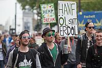 """Mehere hundert Menschen zogen am Samstag den 16. Mai 2015 mit einer Demonstration unter dem Motto """"Mehr Hanf wagen"""" durch Berlin. Es war eine von weltweit 200 Demonstrationen des sog. """"Global Marijuana March"""", bei dem die Legalisierung von Hanf als Genussmittel und vollstaendige Freigabe als Medikament gefordert wurde.<br /> 16.5.2015, Berlin<br /> Copyright: Christian-Ditsch.de<br /> [Inhaltsveraendernde Manipulation des Fotos nur nach ausdruecklicher Genehmigung des Fotografen. Vereinbarungen ueber Abtretung von Persoenlichkeitsrechten/Model Release der abgebildeten Person/Personen liegen nicht vor. NO MODEL RELEASE! Nur fuer Redaktionelle Zwecke. Don't publish without copyright Christian-Ditsch.de, Veroeffentlichung nur mit Fotografennennung, sowie gegen Honorar, MwSt. und Beleg. Konto: I N G - D i B a, IBAN DE58500105175400192269, BIC INGDDEFFXXX, Kontakt: post@christian-ditsch.de<br /> Bei der Bearbeitung der Dateiinformationen darf die Urheberkennzeichnung in den EXIF- und  IPTC-Daten nicht entfernt werden, diese sind in digitalen Medien nach §95c UrhG rechtlich geschuetzt. Der Urhebervermerk wird gemaess §13 UrhG verlangt.]"""