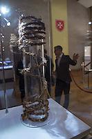 """""""Wer ist der Mann auf dem Tuch?"""", fragt die erste in Deutschland praesentierte Ausstellung zum sog. Turiner Grabtuch.<br /> Vom 23.Januar bis zum 11.Maerz 2015 kann eine Nachbildung des Grabtuches und sowie ein Korpus, der aus einer 3D-Betrachtung der Spuren am Tuch gefertigt<br /> wurde, im Malteser-Saal in Berlin-Charlottenburg besichtigt werden. Weitere Ausstellungsstuecke sind unter anderem eine Dornenhaube oder Naegel, die zur<br /> damaligen Zeit bei einer Kreuzigung verwendet wurden.<br /> Im Bild: Ein Strick wie er zu der Zeit der Kreuzigung Jesu verwendet worden seinn soll.<br /> 22.1.2015, Berlin<br /> Copyright: Christian-Ditsch.de<br /> [Inhaltsveraendernde Manipulation des Fotos nur nach ausdruecklicher Genehmigung des Fotografen. Vereinbarungen ueber Abtretung von Persoenlichkeitsrechten/Model Release der abgebildeten Person/Personen liegen nicht vor. NO MODEL RELEASE! Nur fuer Redaktionelle Zwecke. Don't publish without copyright Christian-Ditsch.de, Veroeffentlichung nur mit Fotografennennung, sowie gegen Honorar, MwSt. und Beleg. Konto: I N G - D i B a, IBAN DE58500105175400192269, BIC INGDDEFFXXX, Kontakt: post@christian-ditsch.de<br /> Bei der Bearbeitung der Dateiinformationen darf die Urheberkennzeichnung in den EXIF- und  IPTC-Daten nicht entfernt werden, diese sind in digitalen Medien nach §95c UrhG rechtlich geschuetzt. Der Urhebervermerk wird gemaess §13 UrhG verlangt.]"""
