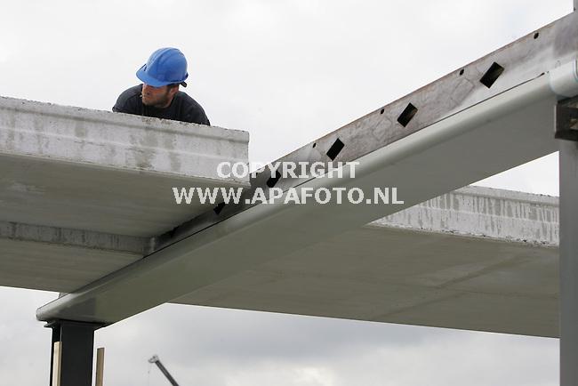 Barendrecht, 030706<br /> Plaatsing kanaalplaten op AlphaLigger. <br /> <br /> Foto: Sjef Prins - APA Foto