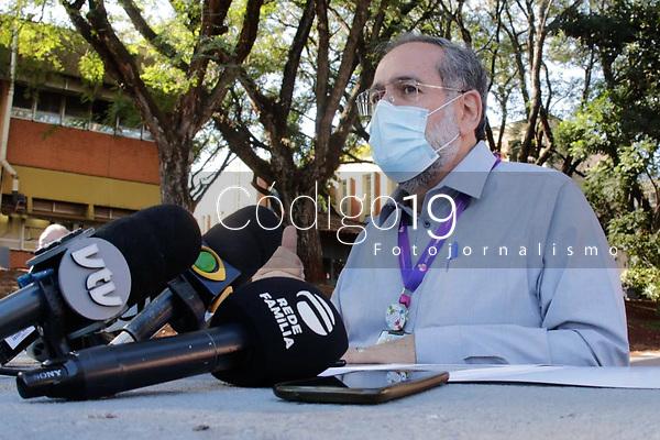 """Campinas (SP), 02/06/2021 - Saúde - Coletiva de imprensa com Antonio Gonçalves de Oliveira Filho, superintendente do HC da Unicamp. A superintendência do Hospital de Clínicas (HC) da Unicamp solicitou nesta terça-feira (1°) a suspensão, por 48 horas, do encaminhamento de pacientes para o Pronto-socorro e decidiu não realizar internações e cirurgias eletivas até 7 de junho por conta da superlotação na unidade.<br /> Segundo o hospital, o PS opera com 295% da capacidade, o que inclui as duas salas de emergência destinadas à estabilização dos pacientes graves que chegam à unidade. """"As UTIS Covid e não Covid também estão lotadas e sem capacidade de giro de leitos"""", aponta."""