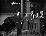 MANUEL, CHRISTIAN E VITTORIO DE SICA, MARIA MERCADER ED MARIANGELA MELATO <br /> ALL'USCITA DELL'OSTERIA ROMANA DA GIGGI FAZI  ROMA 1971