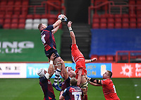 30th September 2020; Ashton Gate Stadium, Bristol, England; Premiership Rugby Union, Bristol Bears versus Leicester Tigers; Joe Joyce of Bristol Bears wins the lineout ball under pressure from Cameron Henderson of Leicester Tigers