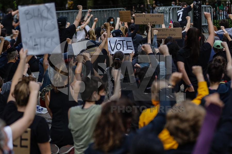 NOVA YORK, EUA, 03.06.2020 - PROTESTO-EUA -  Manifestantes durante protesto em frente na Gracie Mansion residência oficial do Prefeito Bil de Blasio  em Nova York nos Estados Unidos. Protestos em todo o país foram motivados depois da morte de George Floyd no dia 25 de maio, após de ser asfixiado por 8 minutos e 46 segundos pelo policial branco Derek Chauvin em Minneapolis, no estado de Minnesota.(Foto: Vanessa Carvalho/Brazil Photo Press/Folhapress)