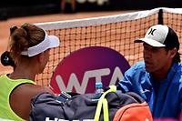BOGOTÁ-COLOMBIA, 13-04-2019: Beatriz Haddad (BRA), recibe instrucciones de su técnico, durante partido por la semifinal del Claro Colsanitas WTA, que se realiza en el Carmel Club en la ciudad de Bogotá. / Beatriz Haddad (BRA), receives instructions of her coach, during a match for the semifinal of the WTA Claro Colsanitas, which takes place at Carmel Club in Bogota city. / Photo: VizzorImage / Luis Ramírez / Staff.