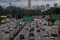 São Paulo (SP), 22/03/2021 - Movimentação de veículos na Avenida 23 de Maio, Zona Sul da Cidade de São Paulo nesta segunda - feira(22). Placas de iformação são vistas no primeiro dia da mudança indicando o horário da nova restrição que visa evitar circulação de pessoas no período noturno.