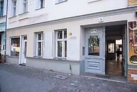 """Wohnhaus des schwedischen Immobilieninvestors """"Akelius GmbH"""" in der Reichenbergerstrasse 72a im Berliner Bezirk Kreuzberg.<br /> Die uebliche Geschaeftspraxis der Akelius GmbH ist, guenstig erworbene Immobilien schnellstmoeglich auf den selbst definierten """"Akelius First Class Standard"""" zu sanieren um danach die Mieten auf 15 bis 21 Euro pro Quadratmeter zu erhoehen.<br /> Die Akelius Fastigheter AB wurde 1994 vom Steuerexperten Roger Akelius gegruendet und besitzt ca. 45.000 Wohneinheiten in Schweden, England, Frankreich, Deutschland  und Kanada -  20.500 davon in Deutschland, in Berlin sind es etwa 12.000.<br /> Der Unternehmenschef Roger Akelius gibt sich als wohltaetiger Mensch, so unterstuetzt er ueber seine Stiftung in der Steueroase Zypern u.a. die S.O.S Kinderdoerfer.<br /> 17.7.2018, Berlin<br /> Copyright: Christian-Ditsch.de<br /> [Inhaltsveraendernde Manipulation des Fotos nur nach ausdruecklicher Genehmigung des Fotografen. Vereinbarungen ueber Abtretung von Persoenlichkeitsrechten/Model Release der abgebildeten Person/Personen liegen nicht vor. NO MODEL RELEASE! Nur fuer Redaktionelle Zwecke. Don't publish without copyright Christian-Ditsch.de, Veroeffentlichung nur mit Fotografennennung, sowie gegen Honorar, MwSt. und Beleg. Konto: I N G - D i B a, IBAN DE58500105175400192269, BIC INGDDEFFXXX, Kontakt: post@christian-ditsch.de<br /> Bei der Bearbeitung der Dateiinformationen darf die Urheberkennzeichnung in den EXIF- und  IPTC-Daten nicht entfernt werden, diese sind in digitalen Medien nach §95c UrhG rechtlich geschuetzt. Der Urhebervermerk wird gemaess §13 UrhG verlangt.]"""
