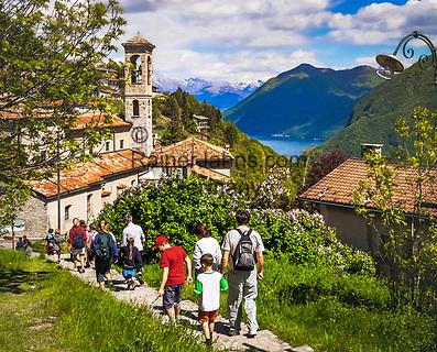 Schweiz, Tessin, Bergdorf Monte Bré am Luganer See - Wanderer | Switzerland, Ticino, mountain village Monte Bré at Lago Lugano - hiking
