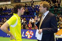 17-12-11, Netherlands, Rotterdam, Topsportcentrum, Speaker Robert Reimering interviewd winnaar Robin Haase