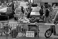 1992/1994 mani pulite, fotografo in attesa fuori dal tribunale di Milano, marzo 1994