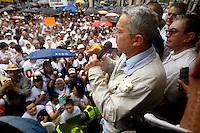MEDELLÍN - COLOMBIA, 26-12-2012. Alvaro Uribe Velez, senador de Colombia, se dirige a sus seguidores que marcharon por las calles de Medellín en oposición al proceso de paz que el gobierno de Colombia lleva acabo en Cuba con la guerrilla de izquierda de las FARC./ Alvaro Uribe Velez, senator of Colombia, speaks to his followers who marched through the streets of Medellin in opposition to the peace process that the government of Colombia takes place in Cuba with leftist guerrillas of the FARC.  Photo: VizzorImage/Luis Rios/STR