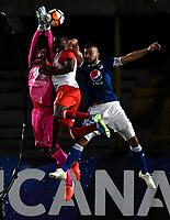 BOGOTÁ - COLOMBIA, 02-09-2018: Andrés Cadavid (Der.) jugador de Millonarios (COL), salta a disputar el balón con Robinson Zapata (Izq.) y Héctor Urrego (Cent.) jugadores de Independiente Santa Fe (COL), durante partido de vuelta entre Millonarios (COL) y el Independiente Santa Fe (COL), de los octavos de final, llave A por la Copa Conmebol Sudamericana 2018, en el estadio Nemesio Camacho El Campin, de la ciudad de Bogotá. / Andres Cadavid (R) player of Millonarios (COL), jumps to fight for the ball with Robinson Zapata (L) and Héctor Urrego (C) players of Independiente Santa Fe (COL), during a match of the second leg between Millonarios (COL) and Independiente Santa Fe (COL), of the eighth finals, key A for the Conmebol Sudamericana Cup 2018 in the Nemesio Camacho El Campin stadium in Bogota city. Photo: VizzorImage / Luis Ramírez / Staff.