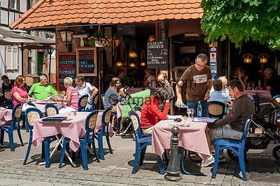Frankreich, Grand Est, Elsass, Departement Bas-Rhin, Wissembourg (Weissenburg): Café in der Rue Nationale | France, Grand Est, Alsace, Departement Bas-Rhin, Wissembourg: Café in der Rue Nationale