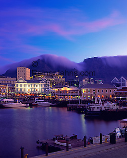 South Africa, Cape Town, V & A Waterfront and Table Mountain at dusk | Suedafrika, Kapstadt, V & A Waterfront vorm Tafelberg am Abend