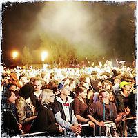 """Fusion-Festival 2014 auf dem Gelaende des Kulturkosmos e.V. in Laerz/Mecklenburg-Vorpommern.<br /> Bis zu 65.000 Menschen kommen jaehrlich fuer 5-6 Tage  zur """"Fusion"""" nach Laerz.<br /> Das linke Festival, was von den Besuchern und Machern scherzhaft auch als """"Ferienkommunismus"""" bezeichnet wird, ist eine Mischung aus Techno-Dancefloors, Theater und Live-Auftritten von politischen Bands.<br /> Die Karten fuer dieses Festival sind nur ueber die Fusion-Internetseite per Losverfahren zu kaufen. Nur ca. jede dritte bis vierte Anmeldung fuer eine Karte hat Erfolg.<br /> Im Bild: Festivalbesucher beim Live-Auftritt der Band Bonaparte.<br /> 26.6.2014, Laerz<br /> Copyright: Christian-Ditsch.de<br /> [Inhaltsveraendernde Manipulation des Fotos nur nach ausdruecklicher Genehmigung des Fotografen. Vereinbarungen ueber Abtretung von Persoenlichkeitsrechten/Model Release der abgebildeten Person/Personen liegen nicht vor. NO MODEL RELEASE! Don't publish without copyright Christian-Ditsch.de, Veroeffentlichung nur mit Fotografennennung, sowie gegen Honorar, MwSt. und Beleg. Konto: I N G - D i B a, IBAN DE58500105175400192269, BIC INGDDEFFXXX, Kontakt: post@christian-ditsch.de<br /> Urhebervermerk wird gemaess Paragraph 13 UHG verlangt.]"""
