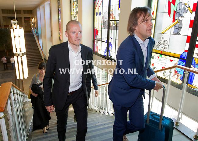 Arnhem, 250512<br /> Rasmussen en Rabobank staan in de rechtbank tegenover elkaar.<br /> Rasmussen betreedt met zijn advocaat Andre Brantjes de rechtbank.<br /> Foto: Sjef Prins - APA Foto
