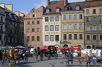 Europe/Pologne/Varsovie: Place du vieux marché (Rynek Starego Miasta) de la vieille ville et fiacres