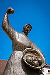 Deutschland, Bayern, Niederbayern, Deggendorf: Brunnenfigur am  Knoedelbrunnen | Germany, Lower Bavaria, Deggendorf: woman throwing dumplings, fountain statue at the 'Dumpling Fountain'