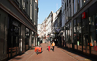 Nederland  Amsterdam - 31 december 2020.    Kalverstraat op Oudjaarsdag. Lockdown.  De meeste winkels zijn gesloten. Foto : ANP/ HH / Berlinda van Dam