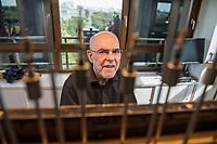 Der Carillonneur Jeffrey Bossin, geb. 1950 in Santa Monica/Kalifornien, am Carillon im Glockenturm im Berliner Tiergarten.<br /> Auf Initiative von Bossin wurde der Glockenturm mit seinem Carillon, einem von Hand spielbaren Glockenspiel, zur 750 Jahr-Feier im Ortsteil Tiergarten errichtet. <br /> 7.9.2020, Berlin<br /> Copyright: Christian-Ditsch.de<br /> NUR FUER REDAKTIONELLE ZWECKE! Werbung nur auf Anfrage beim Fotografen. [Inhaltsveraendernde Manipulation des Fotos nur nach ausdruecklicher Genehmigung des Fotografen. Vereinbarungen ueber Abtretung von Persoenlichkeitsrechten/Model Release der abgebildeten Person/Personen liegen nicht vor. NO MODEL RELEASE! Don't publish without copyright Christian-Ditsch.de, Veroeffentlichung nur mit Fotografennennung, sowie gegen Honorar, MwSt. und Beleg. Konto: I N G - D i B a, IBAN DE58500105175400192269, BIC INGDDEFFXXX, Kontakt: post@christian-ditsch.de<br /> Bei der Bearbeitung der Dateiinformationen darf die Urheberkennzeichnung in den EXIF- und  IPTC-Daten nicht entfernt werden, diese sind in digitalen Medien nach §95c UrhG rechtlich geschuetzt. Der Urhebervermerk wird gemaess §13 UrhG verlangt.]