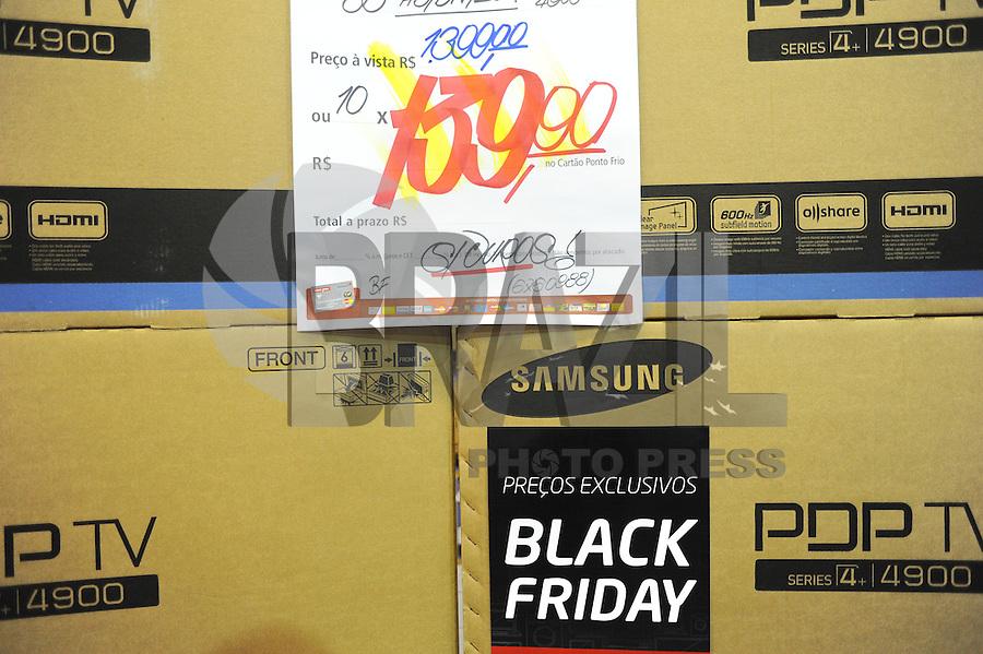 SAO PAULO, SP, 29.11.2013 - BLACK FRIDAY / SAO PAULO - Clientes aproveita o Black Friday para compras, em uma loja na Lapa zona oeste de São Paulo, nesta sexta-feira, 29. (Foto:Adriano Lima / Brazil Photo Press).