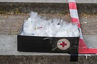 """Mit einer Protestaktion """"Trauerfeier fuer die Demokratie"""" protestierte am Sonntag den 26. April 2020 auf dem Berliner Mariannenplatz in Kreuzberg eine """"Aktion Eigensinn"""" gegen die Einschraenkungen im Zuge der Massnahmen zur Eindaemmung der Covid-19-Pandemie. Sie stellten einen Holzsarg auf forderten anwesende Menschen auf Plakate und Schilder abzulegen und Reden ueber die momentane Corona-Krisensituation zu halten. Bei diesen Reden wurden von Teilnehmern zum Teil Verschwoerungstheorien verbreitet, so sei z.B. die Krise ein lange vorbereiteter Plan der Regierenden und Freiheitsrechte einzuschraenken.<br /> Im Bild: Eine Kiste mit Mund-Nase-Schutztuechern fuer Teilnehmer der Aktion.<br /> 26.4.2020, Berlin<br /> Copyright: Christian-Ditsch.de<br /> [NUR FUER REDAKTIONELLE ZWECKE! Werbung nur auf Anfrage beim Fotografen. Inhaltsveraendernde Manipulation des Fotos nur nach ausdruecklicher Genehmigung des Fotografen. Vereinbarungen ueber Abtretung von Persoenlichkeitsrechten/Model Release der abgebildeten Person/Personen liegen nicht vor. NO MODEL RELEASE! Don't publish without copyright Christian-Ditsch.de, Veroeffentlichung nur mit Fotografennennung, sowie gegen Honorar, MwSt. und Beleg. Konto: I N G - D i B a, IBAN DE58500105175400192269, BIC INGDDEFFXXX, Kontakt: post@christian-ditsch.de<br /> Bei der Bearbeitung der Dateiinformationen darf die Urheberkennzeichnung in den EXIF- und  IPTC-Daten nicht entfernt werden, diese sind in digitalen Medien nach §95c UrhG rechtlich geschuetzt. Der Urhebervermerk wird gemaess §13 UrhG verlangt.]"""