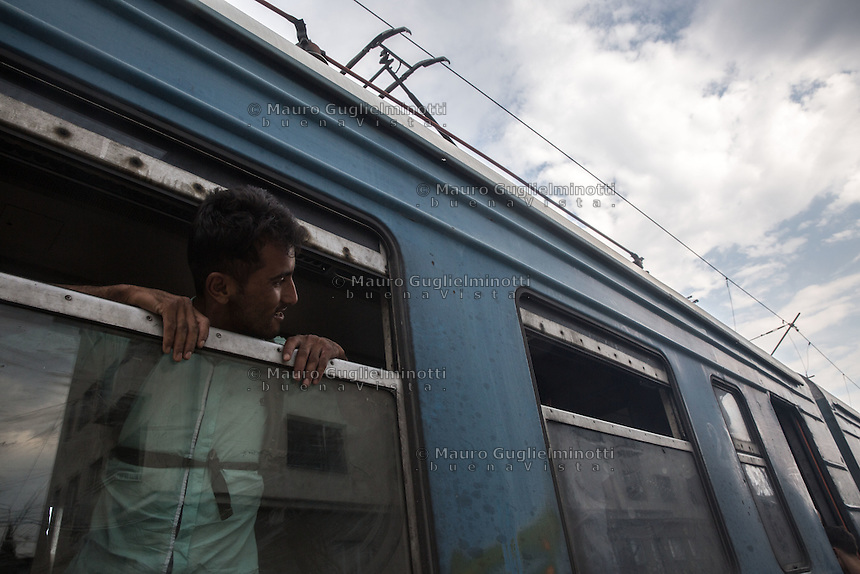 Un migrante guarda dal finestrino del treno <br />