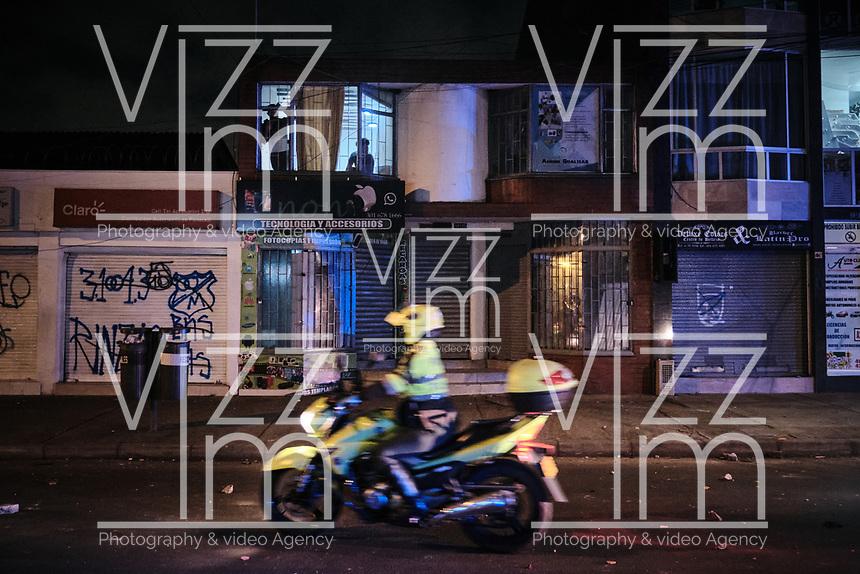 BOGOTA - COLOMBIA, 10-09-2020: Habitantes de Villa Luz observan el paso de un policia motorizado durante el segundo día de protestas causadas por el asesinato del abogado Javier Ordoñez, abogado de 46 años, a manos de efectivos de la Policía de Bogotá el pasado miércoles 09 de septiembre de 2020 en el barrio Villa Luz al noroccidente de Bogotá (Colombia). En lo que va corrido del 2020 la alcaldía de Bogotá ha recibido 137 denuncias  de abuso policial de las cuales la Policía acusa recibido de 38.  / Villa Luz residents observe the passing of a motorized police officer during the second day of protests caused by the murder of lawyer Javier Ordoñez, a 46-year-old lawyer, at the hands of members of the Bogotá Police on Wednesday, September 9, 2020 in Villa Luz neighborhood in the northwest of Bogotá (Colombia). So far in 2020 the Bogotá mayor's office has received 137 complaints of police abuse of which the Police accuse they have received 38. Photo: VizzorImage / Alejandro Avendaño / Cont