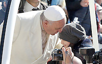 Papa Francesco saluta una bambina al suo arrivo all'udienza generale del mercoledi' in Piazza San Pietro, Citta' del Vaticano, 8 aprile 2015.<br /> Pope Francis greets a child as he arrives for his weekly general audience in St. Peter's Square at the Vatican, 8 April 2015.<br /> UPDATE IMAGES PRESS/Riccardo De Luca<br /> <br /> STRICTLY ONLY FOR EDITORIAL USE
