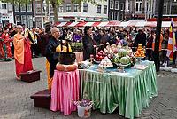 Nederland Amsterdam - 2019. Boeddhadag in de Nieuwmarktbuurt in Amsterdam. Viering van de geboorte van Boeddha. Ceremonie op de Nieuwmarkt.   Foto mag niet in negatieve / schadelijke context gepubliceerd worden.     Foto Berlinda van Dam / Hollandse Hoogte