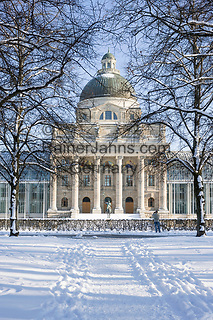 Deutschland, Bayern, Muenchen: Blick vom Hofgarten auf die Bayerische Staatskanzlei | Germany, Bavaria, Munich: view from The Hofgarten (Court Garden) towards The Bayerische Staatskanzlei (Bavarian State Chancellery)