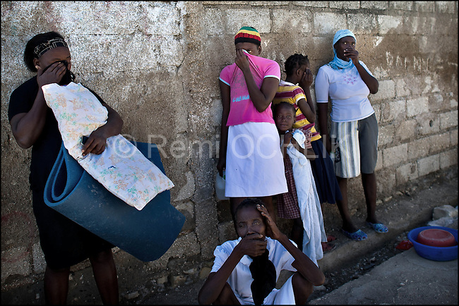 © Remi OCHLIK/IP3 - Gonaives on 2010 november 10 - People look for dead bodies in the streets of the city. A three-week-old cholera epidemic that has killed more than 640 people in Haiti is spreading quickly in the northwest coastal city of Gonaive
