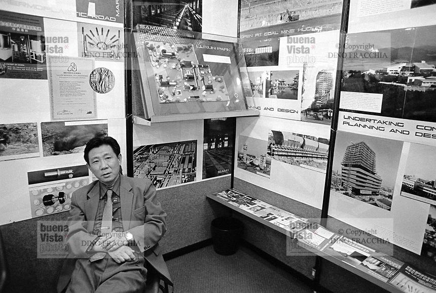 """- Milano, Fiera Campionaria 1988, la """"Grande Fiera di Aprile""""; padiglione del commercio estero, stand aziende cinesi<br /> <br /> - Milan, Trade Fair 1988, the """"Great April Far""""; foreign trade pavilion, Chinese companies exhibition stand"""