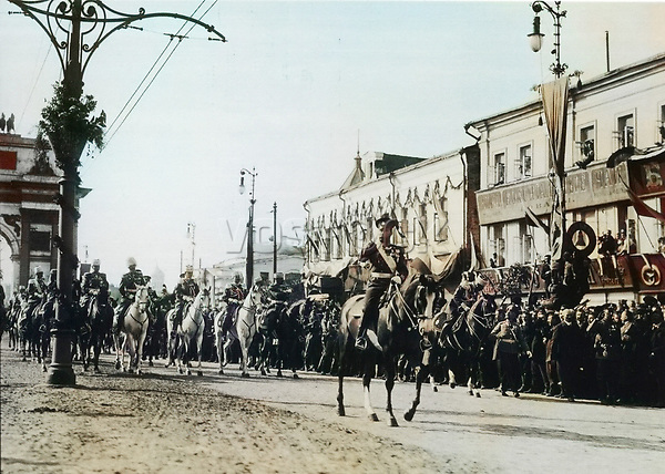 1913. Император Николай II у триумфальной арки . Москва. Российская Империя.