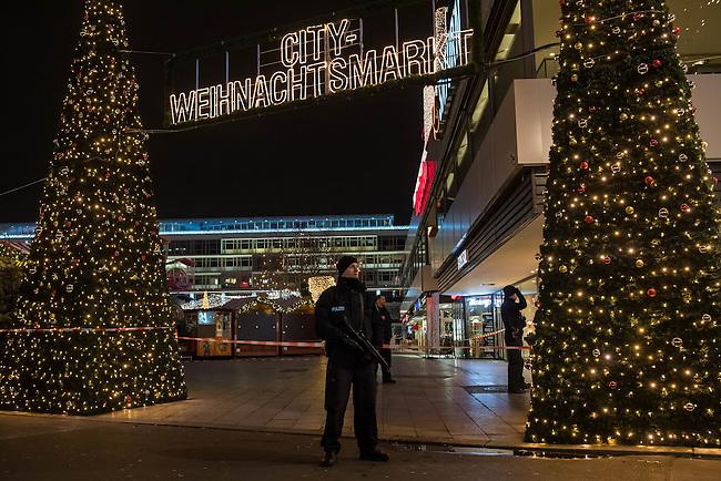 LKW rast in Berliner Weihnachtsmarkt.<br /> Am Abend des 19. Dezember 2016 fuhren Unbekannte mit einem LKW mit polnischen Kennzeichen in den Berliner Weihnachtsmarkt am Kurfuerstendamm und toeteten 12 Menschen, 48 wurden zum tTeil schwer verletzt. Der Beifahrer wurde tot im Fuehrerhaus gefunden, der Fahrer fluechtete, wurde angeblich aber festgenommen. Ein Anschlag wird nicht ausgeschlossen, ermittelt wird jedoch in alle Richtungen.<br /> Im Bild: Ein Polizeibeamter vor dem abgesperrten Weihnachtsmark.<br /> 19.12.2016, Berlin<br /> Copyright: Christian-Ditsch.de<br /> [Inhaltsveraendernde Manipulation des Fotos nur nach ausdruecklicher Genehmigung des Fotografen. Vereinbarungen ueber Abtretung von Persoenlichkeitsrechten/Model Release der abgebildeten Person/Personen liegen nicht vor. NO MODEL RELEASE! Nur fuer Redaktionelle Zwecke. Don't publish without copyright Christian-Ditsch.de, Veroeffentlichung nur mit Fotografennennung, sowie gegen Honorar, MwSt. und Beleg. Konto: I N G - D i B a, IBAN DE58500105175400192269, BIC INGDDEFFXXX, Kontakt: post@christian-ditsch.de<br /> Bei der Bearbeitung der Dateiinformationen darf die Urheberkennzeichnung in den EXIF- und  IPTC-Daten nicht entfernt werden, diese sind in digitalen Medien nach §95c UrhG rechtlich geschuetzt. Der Urhebervermerk wird gemaess §13 UrhG verlangt.]