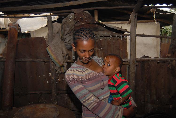 addis abeba, etiopia, interno casa,giovane  mamma, che aveva subito violenza nel passato, con figlia.Young mother, inpast sexual abused, and her daugther in their home