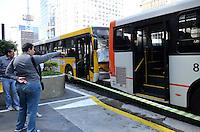 SAO PAULO, 09 DE AGOSTO DE 2012 - ACIDENTE ONIBUS X ONIBUS AV PAULISTA - Dois onibus se chocaram na Avenida Paulista no inicio da tarde desta quinta feira. O motorista da linha Terminal Princesa Isabel - Aclimacaonao conseguiu freiar e colidiu o onibus na traseira de outro da linha Terminal Campo Limpo - Aclimacao. 5 pessoas sofreram ferimentos leves segundo o corpo de bombeiros. FOTO: ALEXANDRE MOREIRA - BRAZIL PHOTO PRESS
