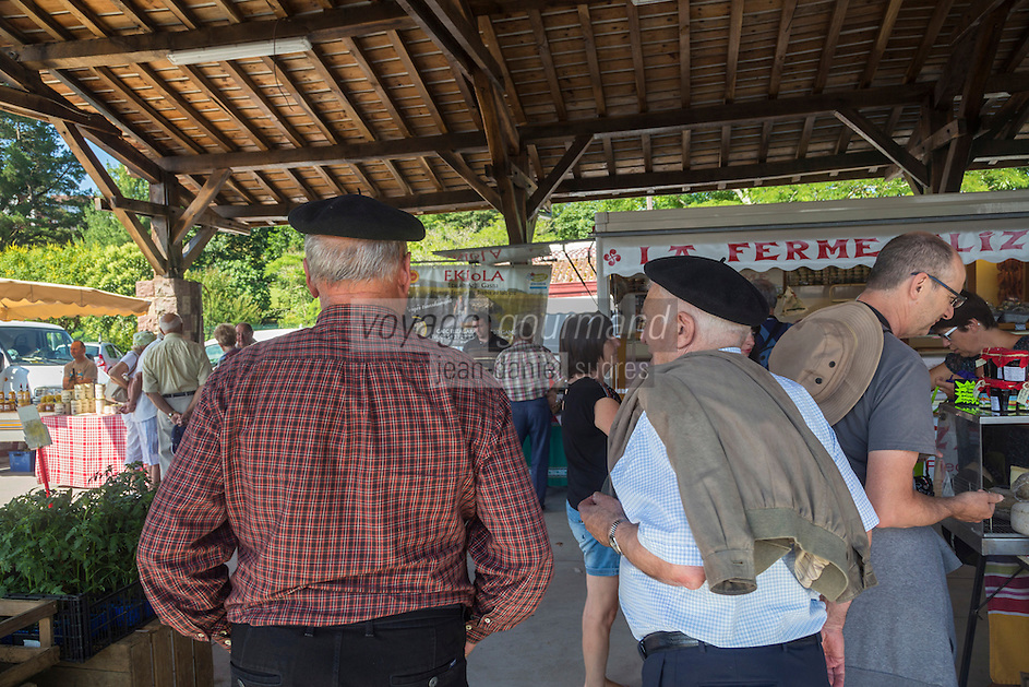 France, Pyrénées-Atlantiques (64), Pays-Basque, Saint-Jean-Pied-de-Port, le marché fermier  // France, Pyrenees Atlantiques, Basque Country, Saint Jean Pied de Port, the farmer's market,