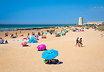 Spanien, Andalusien, Provinz Cadiz, El Palmar de Vejer: weisser Sandstrand an der Costa de la Luz | Spain, Andalusia, Cadiz province, Costa de la Luz, El Palmar de Vejer: View along white sand beach on a summer afternoon