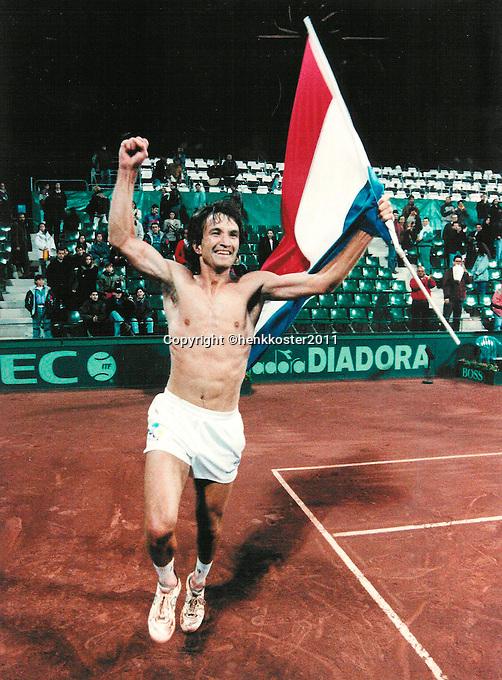 1993-Tennis, Daviscup Spain-Netherlands, Mark Koevermans uit zijn vreugde na zijn historische overwinning in de 5e partij tegen Spanje