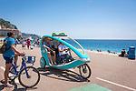 France, Provence-Alpes-Côte d'Azur, Nice: enjoying a trishaw ride along Promenade des Anglais | Frankreich, Provence-Alpes-Côte d'Azur, Nizza: mit einer modernen Fahrrad-Rikshaw die Promenade des Anglais erkunden