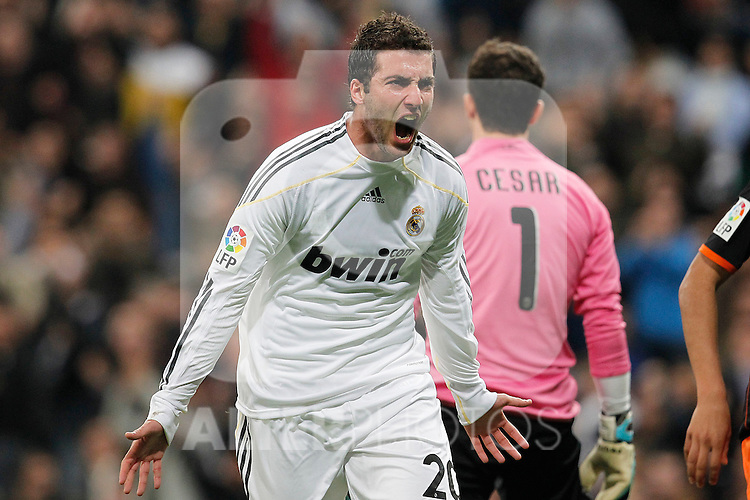 MADRID (18/04/2010).- Spanish League match Real Madrid vs Valencia. Gonzalo Higuain goal...Photo: Alex Cid-Fuentes / ALFAQUI