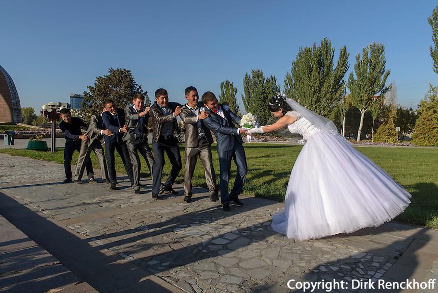 Hochzeit am Platz des Sieges, Bishkek, Kirgistan, Asien<br /> wedding party  at Victory Square, Bishkek, Kirgistan, Asia