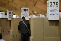 BOGOTÁ -COLOMBIA. 25-05-2014. Aspecto de un elector en el puesto de votación en Corferias Bogotá durante la jornada de elecciones Presidenciales en en Colombia que se realizan hoy 25 de mayo de 2014 en todo el país./ Aspect of an elector in the polling station in Corferias Bogota during the day of Presidential elections in Colombia that made today May 25, 2014 across the country. Photo: VizzorImage/ Gabriel Aponte / Staff