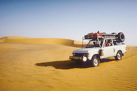 - northern Sudan, four wheels drive vehicle  travelling in the Libyan desert....- Sudan settentrionale, veicolo fuoristrada in viaggio nel deserto Libico