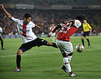 BOGOTA - COLOMBIA - 24-04-2016: Carlos Rivas (Der.) jugador de Independiente Santa Fe disputa el balón con Jonathan Muñoz (Izq.) jugador de Cortulua, durante partido por la fecha 6 entre Independiente Santa Fe y Cortulua,  de la Liga Aguila I-2016, en el estadio Nemesio Camacho El Campin de la ciudad de Bogota.  / Carlos Rivas (R) player of Independiente Santa Fe struggles for the ball with Jonathan Muñoz (L) player of Cortulua, during a match of the 6 date between Independiente Santa Fe and Cortulua, for the Liga Aguila I -2016 at the Nemesio Camacho El Campin Stadium in Bogota city, Photo: VizzorImage / Luis Ramirez / Staff.