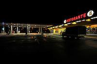 Distributore di benzina in autostrada.Petrol station.