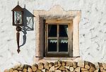 Oesterreich, Salzburger Land, Dienten: Skihuette Bruendl-Stadl, Fenster, Holzstapel | Austria, Salzburger Land, Dienten: ski hut Brundl-Stadl, window, pile of wood